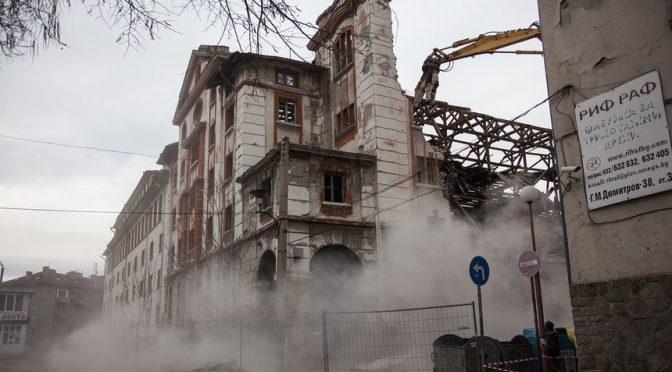 Събориха стена на тютюнев склад в Пловдив