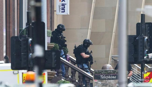 В хотел в центъра на Глазгоу престъпник с нож нападна хора, има жертви