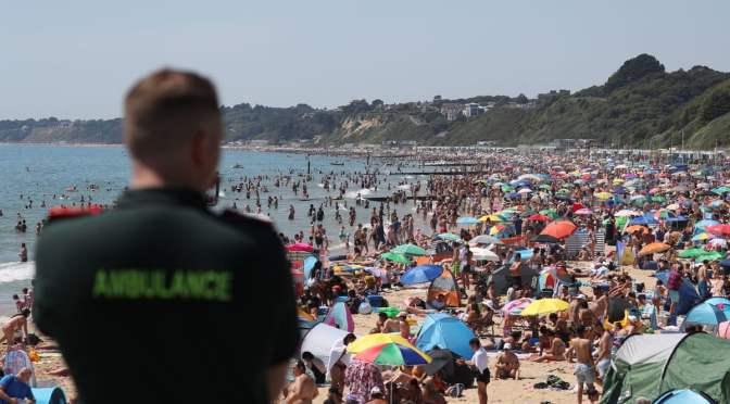 Британците масово отиват на плажовете, въпреки ограниченията