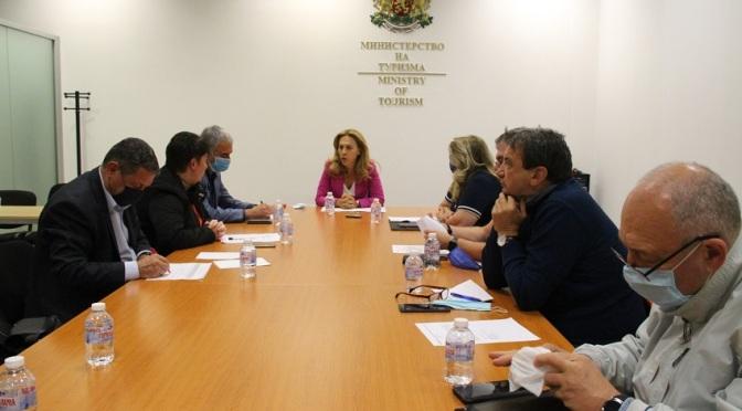 Марияна Николова проведе среща с браншови организации на туроператори и турагенти